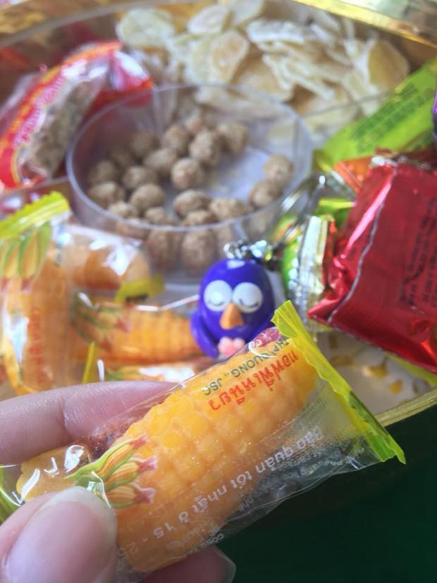 Dù kẻ khen người chê nhưng không thể phủ nhận, kẹo bắp chính là món đặc sản của Tết tuổi thơ - Ảnh 1.
