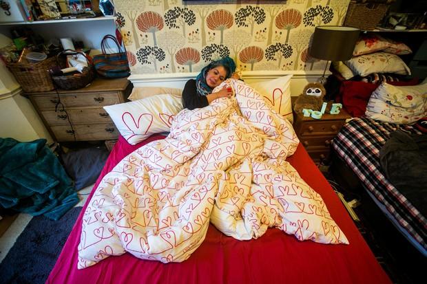Bà cô kết hôn với cái chăn vì chỉ có nó là chung thủy nhất - Ảnh 1.