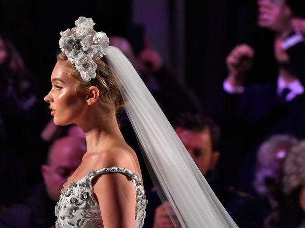 Lộ diện ứng viên váy cưới vạn người mê của năm 2019: đồ Haute Couture xa hoa khó cưỡng, có thể biến mọi cô dâu thành bà hoàng - Ảnh 5.