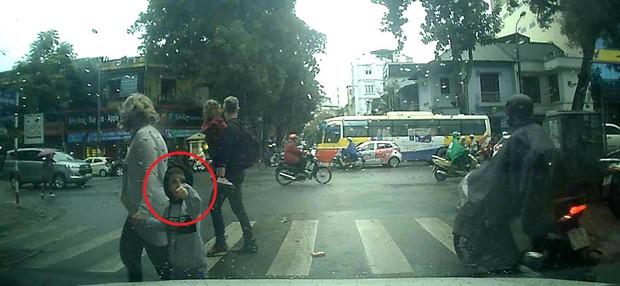 Cậu bé tây khiến bác tài ô tô vui cả ngày vì cách cảm ơn siêu ngầu sau khi được nhường đường - Ảnh 1.