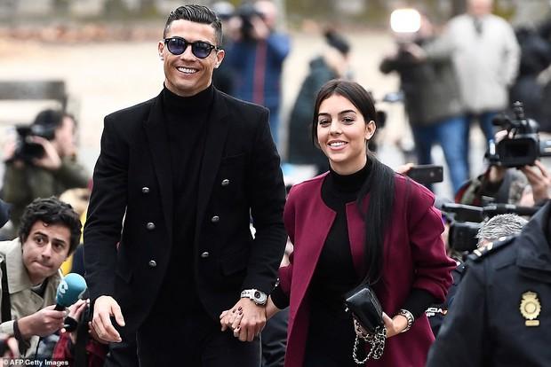 Ra tòa ký nhận án tù treo và nộp phạt 496 tỷ VNĐ, Ronaldo vẫn mặc đẹp như tài tử, tươi cười nắm tay bạn gái - Ảnh 3.