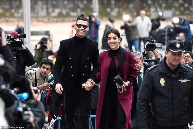 Ra tòa ký nhận án tù treo và nộp phạt 496 tỷ VNĐ, Ronaldo vẫn mặc đẹp như tài tử, tươi cười nắm tay bạn gái - Ảnh 4.