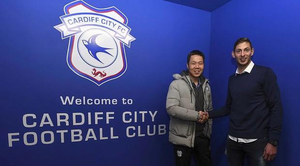 Vừa ký hợp đồng 450 tỷ VNĐ, tiền đạo mất tích cùng máy bay khi sang nước Anh ra mắt đội bóng mới - Ảnh 2.