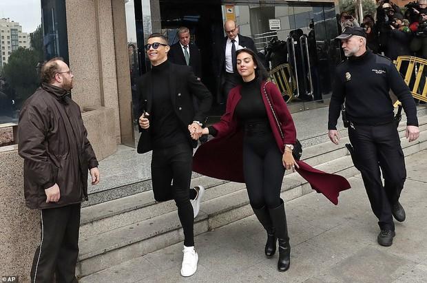 Ra tòa ký nhận án tù treo và nộp phạt 496 tỷ VNĐ, Ronaldo vẫn mặc đẹp như tài tử, tươi cười nắm tay bạn gái - Ảnh 5.