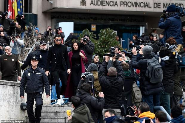 Ra tòa ký nhận án tù treo và nộp phạt 496 tỷ VNĐ, Ronaldo vẫn mặc đẹp như tài tử, tươi cười nắm tay bạn gái - Ảnh 7.