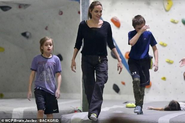 Angelina Jolie có động thái gì giữa lúc Brad Pitt dính tin đồn hẹn hò mỹ nhân Charlize Theron gần 1 tháng? - Ảnh 2.