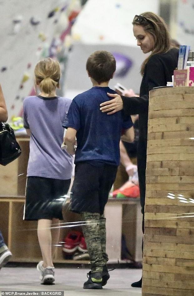 Angelina Jolie có động thái gì giữa lúc Brad Pitt dính tin đồn hẹn hò mỹ nhân Charlize Theron gần 1 tháng? - Ảnh 6.