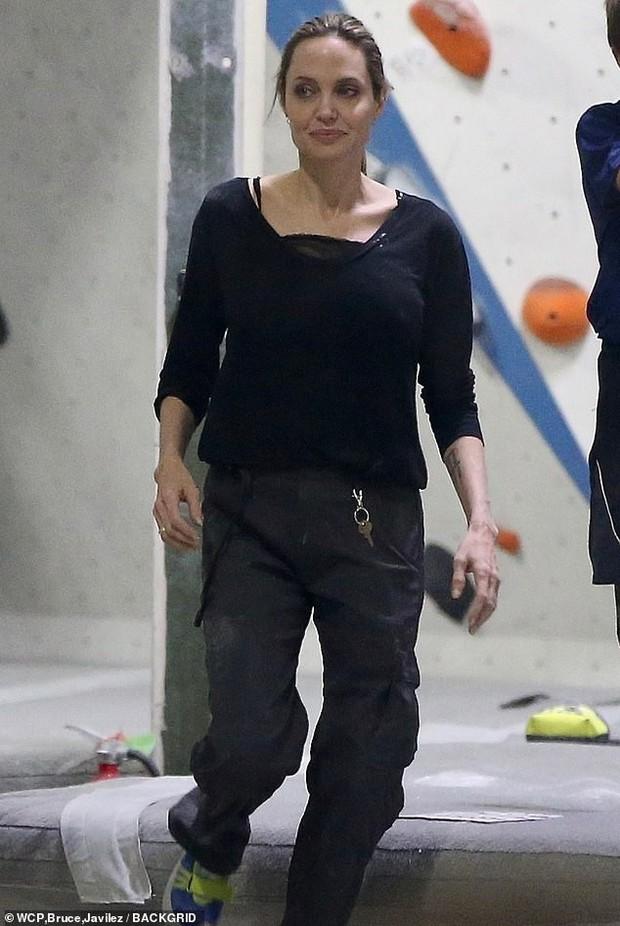 Angelina Jolie có động thái gì giữa lúc Brad Pitt dính tin đồn hẹn hò mỹ nhân Charlize Theron gần 1 tháng? - Ảnh 7.
