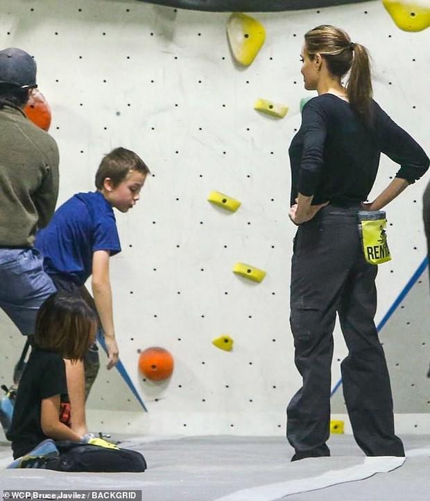 Angelina Jolie có động thái gì giữa lúc Brad Pitt dính tin đồn hẹn hò mỹ nhân Charlize Theron gần 1 tháng? - Ảnh 8.