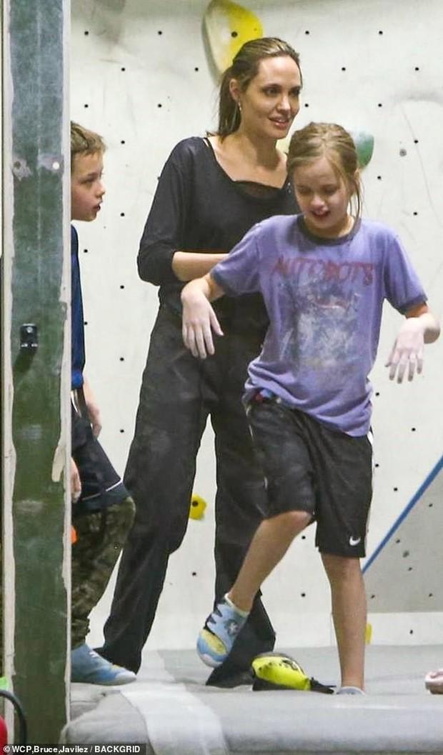 Angelina Jolie có động thái gì giữa lúc Brad Pitt dính tin đồn hẹn hò mỹ nhân Charlize Theron gần 1 tháng? - Ảnh 10.