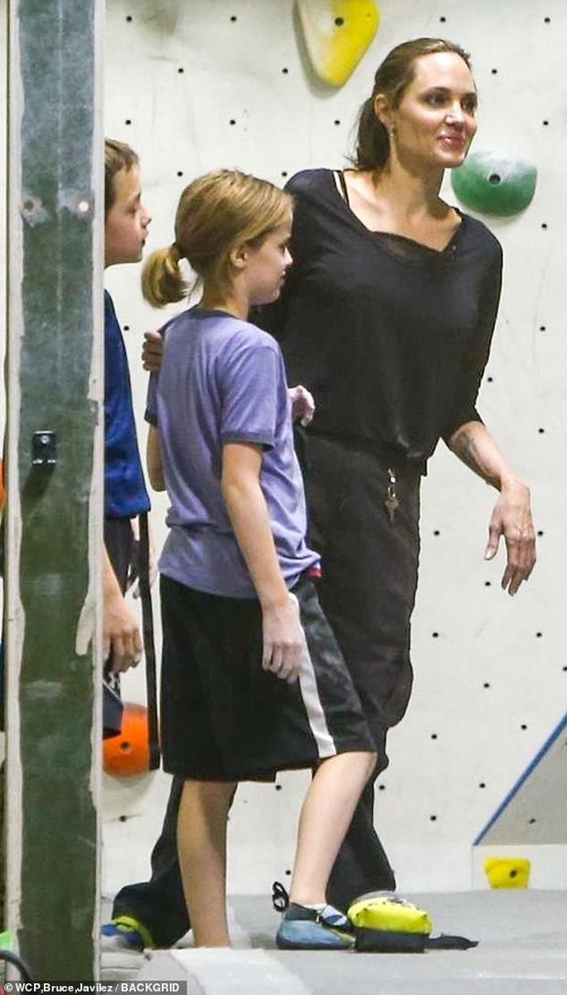 Angelina Jolie có động thái gì giữa lúc Brad Pitt dính tin đồn hẹn hò mỹ nhân Charlize Theron gần 1 tháng? - Ảnh 11.