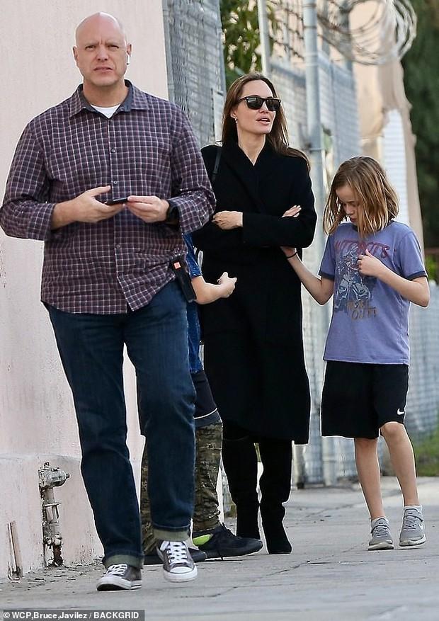 Angelina Jolie có động thái gì giữa lúc Brad Pitt dính tin đồn hẹn hò mỹ nhân Charlize Theron gần 1 tháng? - Ảnh 12.