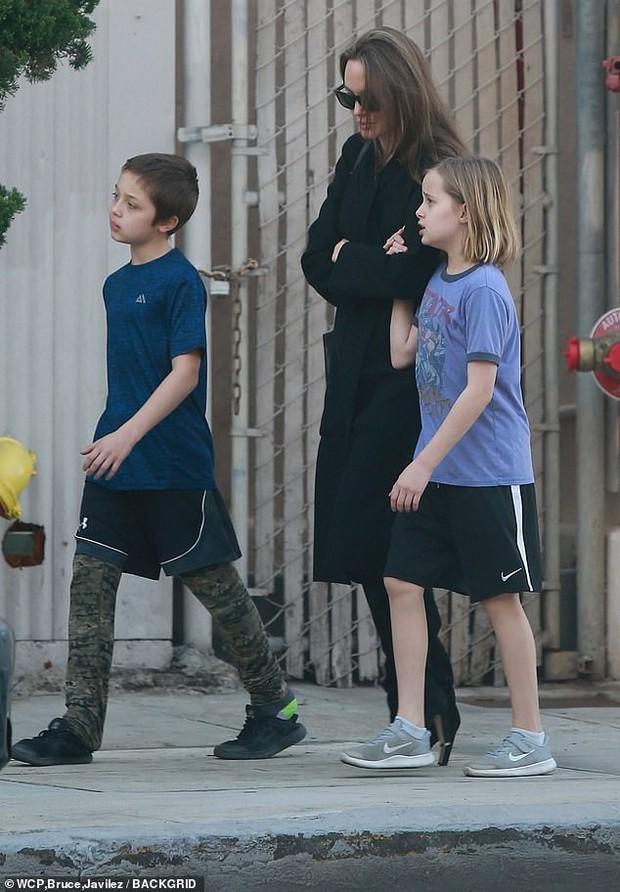 Angelina Jolie có động thái gì giữa lúc Brad Pitt dính tin đồn hẹn hò mỹ nhân Charlize Theron gần 1 tháng? - Ảnh 13.