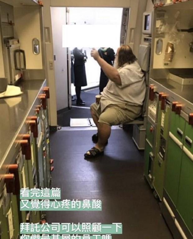 Câu chuyện nữ tiếp viên hàng không Đài Loan phải chùi mông cho hành khách gây sốc trên MXH - Ảnh 2.