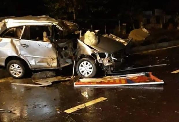 Quảng Nam: Ô tô nát bét khi tông vào dải phân cách, 2 thanh niên bị thương nặng - Ảnh 1.