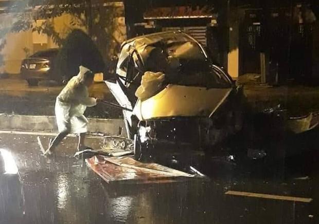 Quảng Nam: Ô tô nát bét khi tông vào dải phân cách, 2 thanh niên bị thương nặng - Ảnh 2.