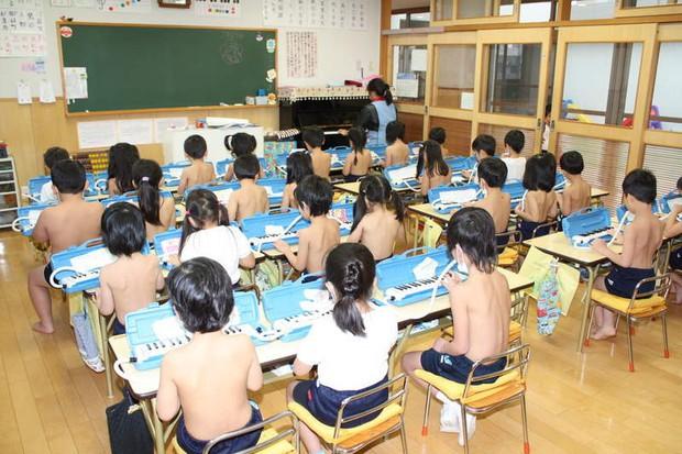 Giáo dục trần truồng - phương pháp kỳ lạ bắt học sinh ở trần tại một trường học ở Nhật Bản - Ảnh 1.