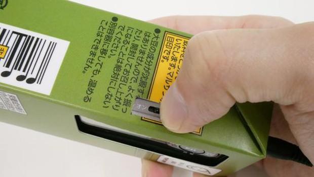Tưởng đùa mà thật: Lấy ý tưởng từ sự lơ đãng của học sinh, công ty Nhật chế luôn máy nghe nhạc trong vỏ hộp sữa - Ảnh 10.