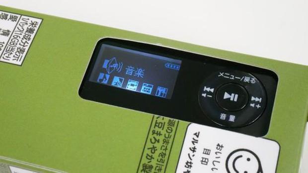 Tưởng đùa mà thật: Lấy ý tưởng từ sự lơ đãng của học sinh, công ty Nhật chế luôn máy nghe nhạc trong vỏ hộp sữa - Ảnh 11.
