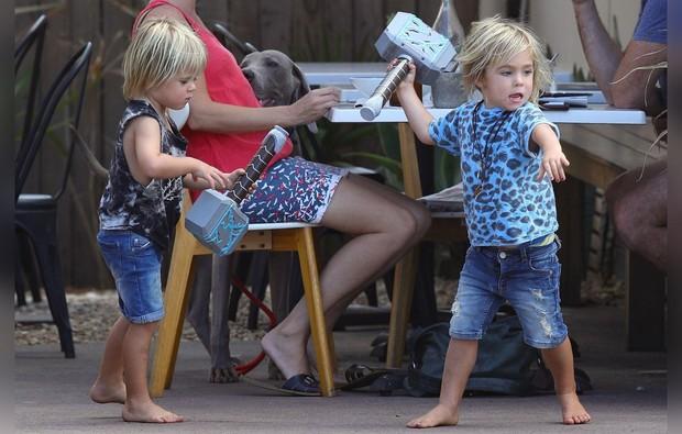 Tìm nơi nuôi bầy con nhỏ, Thor Chris Hemsworth lại chọn nhầm địa điểm gần... bãi biển khỏa thân - Ảnh 3.