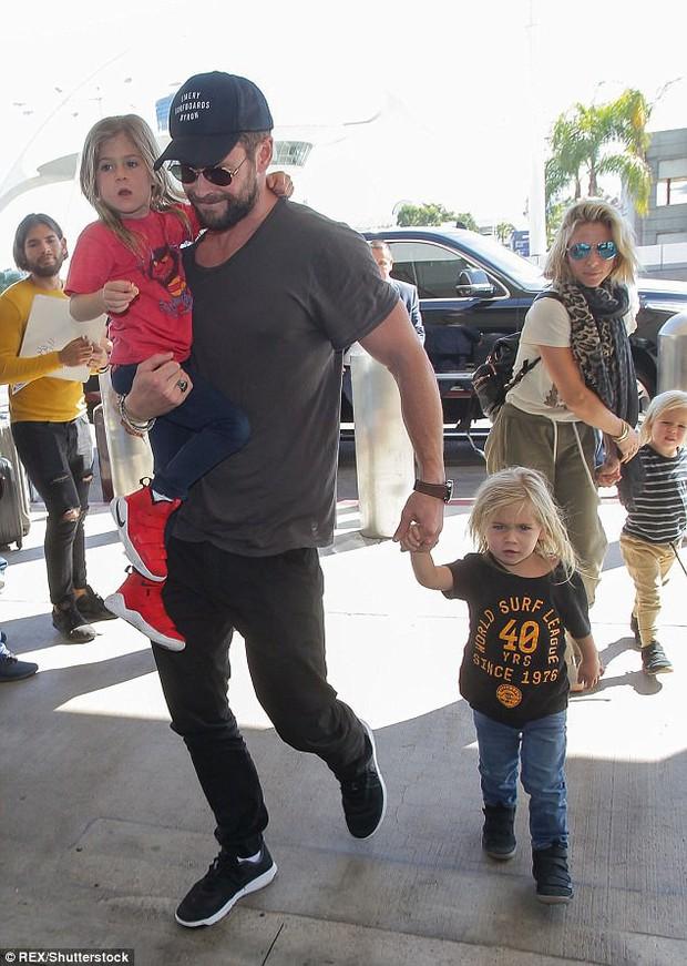 Tìm nơi nuôi bầy con nhỏ, Thor Chris Hemsworth lại chọn nhầm địa điểm gần... bãi biển khỏa thân - Ảnh 1.