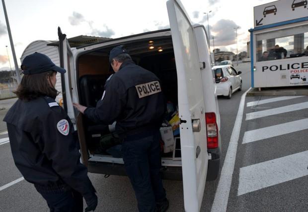 Pháp bắt giữ xe tải chở 10 người Việt Nam nhập cư trái phép vào Anh - Ảnh 1.