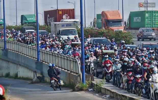 Ngộp thở với hình ảnh kẹt xe không lối thoát trên đường vào trung tâm Sài Gòn những ngày gần Tết - Ảnh 4.