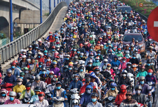 Ngộp thở với hình ảnh kẹt xe không lối thoát trên đường vào trung tâm Sài Gòn những ngày gần Tết - Ảnh 1.