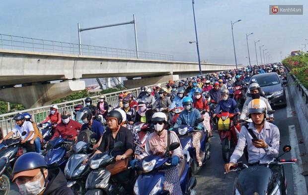 Ngộp thở với hình ảnh kẹt xe không lối thoát trên đường vào trung tâm Sài Gòn những ngày gần Tết - Ảnh 11.