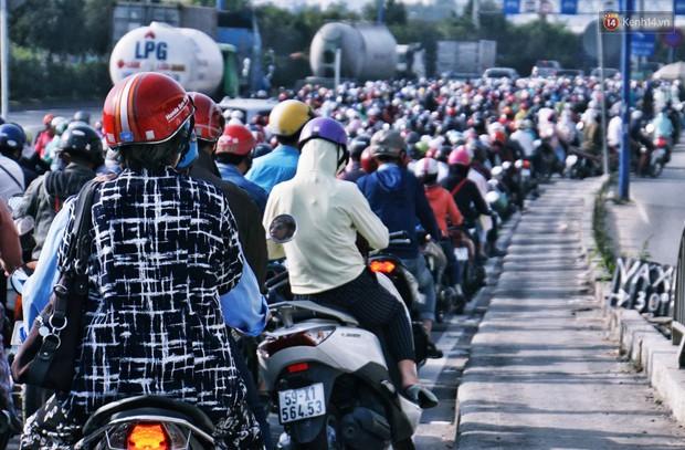 Ngộp thở với hình ảnh kẹt xe không lối thoát trên đường vào trung tâm Sài Gòn những ngày gần Tết - Ảnh 2.