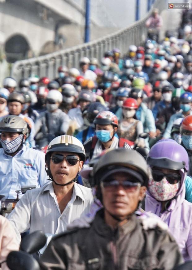 Ngộp thở với hình ảnh kẹt xe không lối thoát trên đường vào trung tâm Sài Gòn những ngày gần Tết - Ảnh 6.