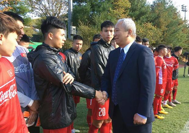 Đình Trọng được Đại sứ Việt Nam tại Hàn Quốc thăm hỏi sau ca phẫu thuật - Ảnh 2.