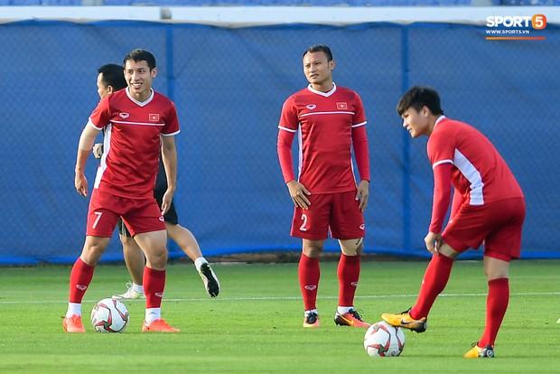 Vừa trả lời đanh thép ở họp báo, Công Phượng lao vào tập luyện chờ đấu Nhật Bản - Ảnh 8.