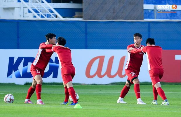 Vừa trả lời đanh thép ở họp báo, Công Phượng lao vào tập luyện chờ đấu Nhật Bản - Ảnh 1.