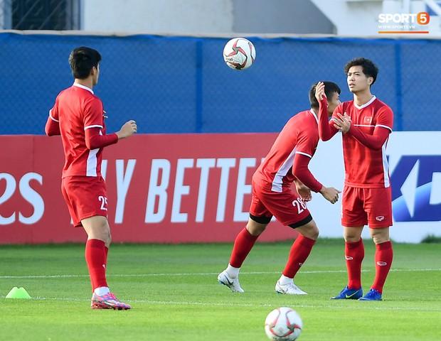 Vừa trả lời đanh thép ở họp báo, Công Phượng lao vào tập luyện chờ đấu Nhật Bản - Ảnh 4.