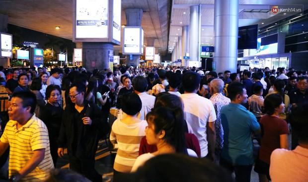 Ảnh: Hàng nghìn người ngồi vật vờ lúc nửa đêm ở sân bay Tân Sơn Nhất đón Việt kiều về quê ăn Tết Kỷ Hợi 2019 - Ảnh 5.