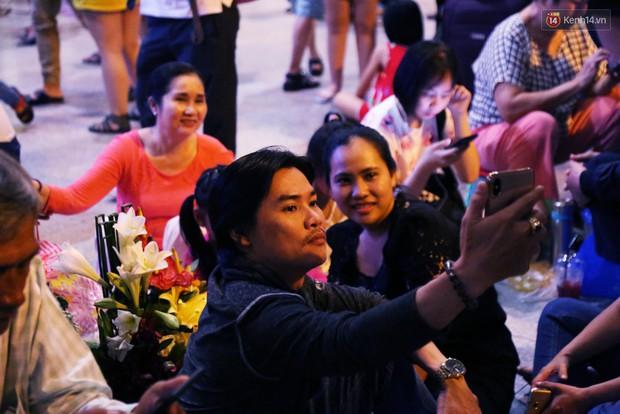 Ảnh: Hàng nghìn người ngồi vật vờ lúc nửa đêm ở sân bay Tân Sơn Nhất đón Việt kiều về quê ăn Tết Kỷ Hợi 2019 - Ảnh 9.
