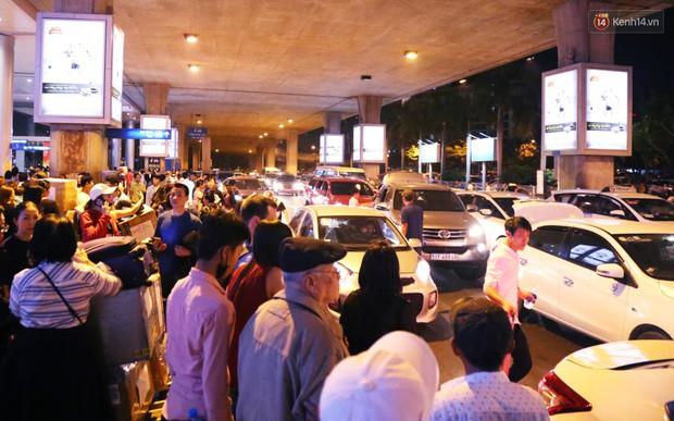 Ảnh: Hàng nghìn người ngồi vật vờ lúc nửa đêm ở sân bay Tân Sơn Nhất đón Việt kiều về quê ăn Tết Kỷ Hợi 2019 - Ảnh 22.