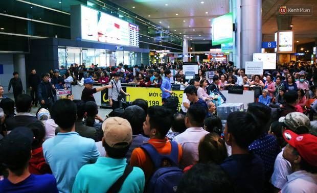 Ảnh: Hàng nghìn người ngồi vật vờ lúc nửa đêm ở sân bay Tân Sơn Nhất đón Việt kiều về quê ăn Tết Kỷ Hợi 2019 - Ảnh 21.