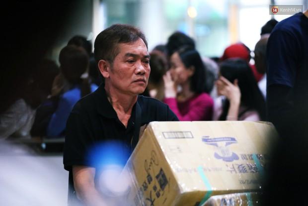 Ảnh: Hàng nghìn người ngồi vật vờ lúc nửa đêm ở sân bay Tân Sơn Nhất đón Việt kiều về quê ăn Tết Kỷ Hợi 2019 - Ảnh 6.