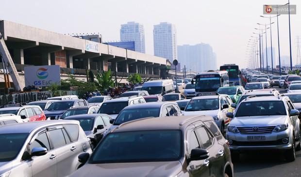 Ngộp thở với hình ảnh kẹt xe không lối thoát trên đường vào trung tâm Sài Gòn những ngày gần Tết - Ảnh 8.