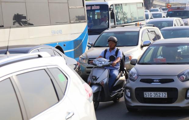 Ngộp thở với hình ảnh kẹt xe không lối thoát trên đường vào trung tâm Sài Gòn những ngày gần Tết - Ảnh 10.