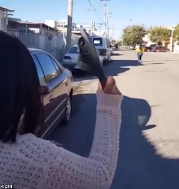 Góc thiện xạ: Thiếu nữ chạy xa 30 mét vẫn bị mẹ ném dép trúng đầu - Ảnh 2.