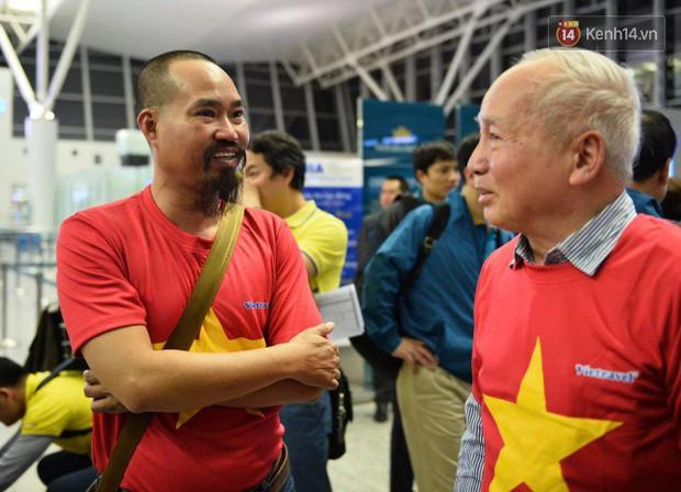 Hàng trăm CĐV từ Hà Nội - Hồ Chí Minh hội quân sang cổ vũ ĐT Việt Nam trong trận tứ kết Asian Cup 2019 - Ảnh 4.