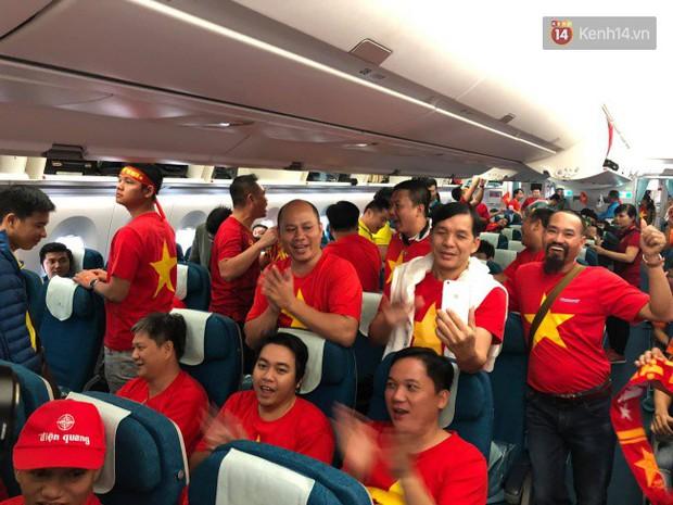 Hàng trăm CĐV từ Hà Nội - Hồ Chí Minh hội quân sang cổ vũ ĐT Việt Nam trong trận tứ kết Asian Cup 2019 - Ảnh 10.