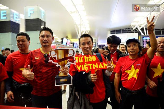 Hàng trăm CĐV từ Hà Nội - Hồ Chí Minh hội quân sang cổ vũ ĐT Việt Nam trong trận tứ kết Asian Cup 2019 - Ảnh 1.