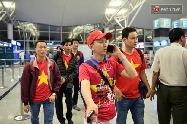 Hàng trăm CĐV từ Hà Nội - Hồ Chí Minh hội quân sang cổ vũ ĐT Việt Nam trong trận tứ kết Asian Cup 2019 - Ảnh 2.