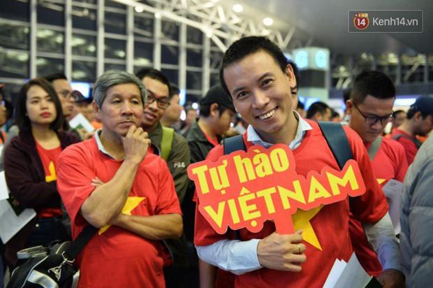 Hàng trăm CĐV từ Hà Nội - Hồ Chí Minh hội quân sang cổ vũ ĐT Việt Nam trong trận tứ kết Asian Cup 2019 - Ảnh 8.