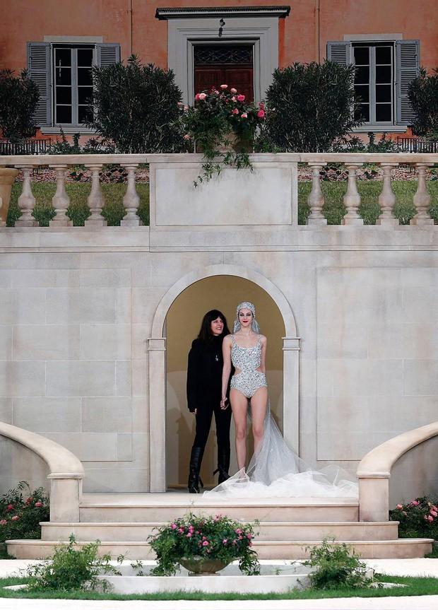 BST Haute Couture mới nhất của Chanel vẫn đẹp, nhưng lại phát sinh một sự vắng mặt khiến cả thế giới hoang mang - Ảnh 2.