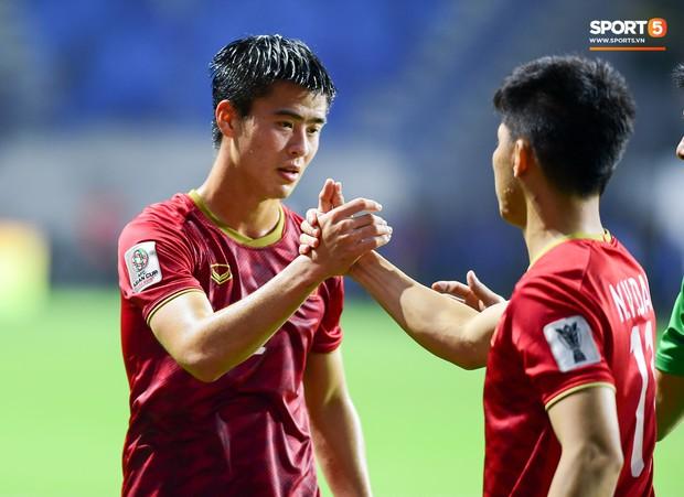 CĐV Việt Nam ở UAE bật khóc, chứng kiến các tuyển thủ đi không vững sau trận đấu với Nhật Bản - Ảnh 1.